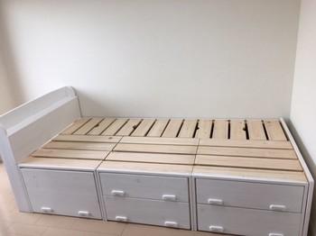 白でペイントされたすのこベッド。下には引き出しがついていて収納もたっぷり♪