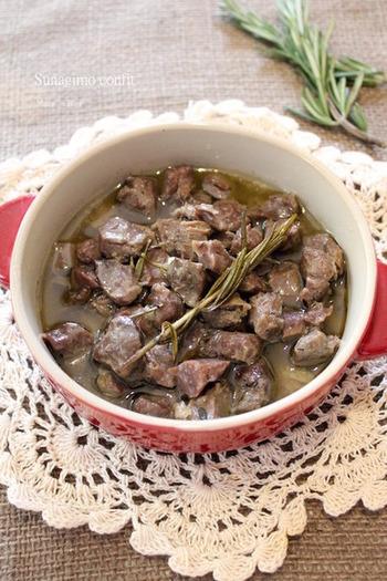 砂肝というとコリコリとかたい食感が特徴的ですが、スロークッカーを使うことで驚くほど柔らかく仕上がります。 ハーブ香る砂肝のコンフィ。ワインなどお酒が進む一品です。