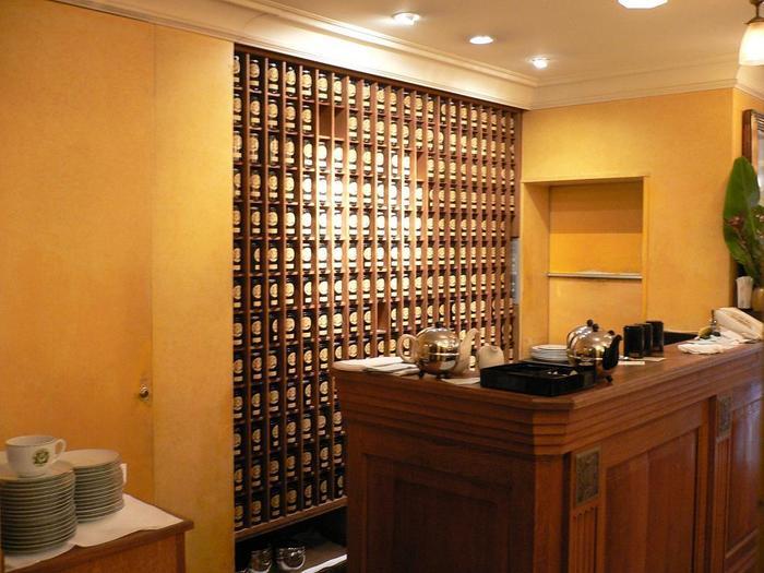 店内には紅茶缶がずらり。