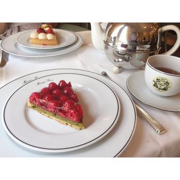 サロンではこんなに素敵なセットも。ケーキも紅茶もおいしそうです。
