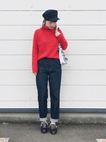 インディゴブルーのデニムと赤のニットは相性バッチリ。キャスケットを合わせれば、パリの少年のような可愛らしいコーデの完成。