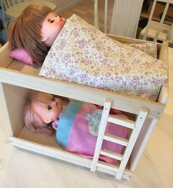 こちらは小さなお人形用ベッド。すのこを使います。お人形大好きなお子様に作ってあげたら喜びそうですね♪