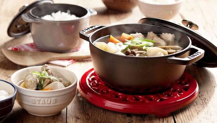 全体にまんべんなく熱が回って、ムラなく調理できるのも魅力です。また、厚い鋳鉄ですので保温性も抜群。食卓にそのまま出しても温かさがキープされます。