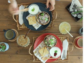 """""""Lien""""とはフランス語で「絆」や「つながり」という意味の言葉。""""Lienシリーズの食器で食べるご飯を通じて、家族や友人とつながる""""そんな想いが込められているそうです。トリコロールカラーの可愛い食器はSNS映えも抜群なので、思わず写真を撮ってお友達とシェアしたくなりますね♡"""