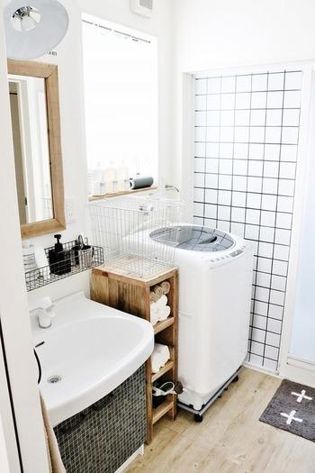 殺風景になりがちな空間ですが、こちらは洗濯機横の格子状の壁紙がアクセントになっていてオシャレ!洗面台のタイルとの相性もバッチリです。全体をモノトーンでまとめると、大人っぽい印象に◎。
