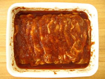 浅型に、豚肉をソースといっしょに漬け込んでおけば、焼くだけでおいしいポークチャップに♪