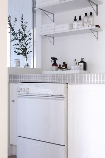 清潔感を印象づける白をベースに小物を統一すれば、それだけで見た目がすっきりと整います。洗剤などのボトルもシンプルでオシャレなものを選べば、うるさい印象になりません。