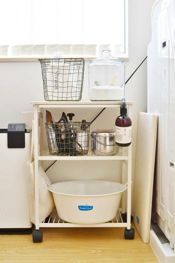 洗剤と柔軟剤など、セットで使いたいものは一つのバスケットにまとめておくとさっと持ち運べて便利です。