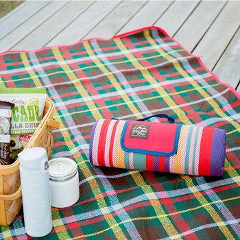 ビニールシートでは味気ないし、布製ラグでは地面の湿気が滲みるし…。そんな時には、表面は肌触りの良い生地、裏面は水分を弾く素材を使ったシートがおすすめです。 明るいカラーのシートは、デイキャンプのワクワク気分をさらに楽しくさせてくれますよ!