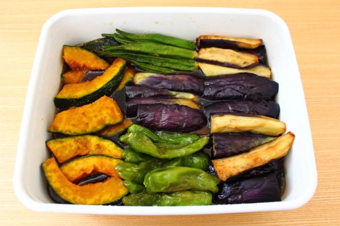 夏野菜の揚げ浸しは、常備菜にぴったり。 いつでも旬の野菜を食べられるとうれしいですね。 白いホーローに、鮮やかな野菜の色が映えています。