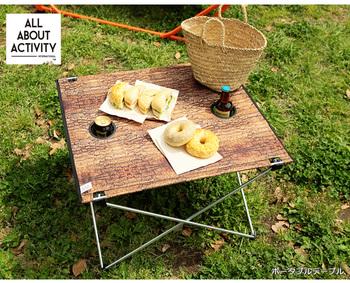 ピクニックやキャンプの簡易テーブルというと、女性一人で運ぶにはちょっと重ため。このポータブルテーブルは、天板が布製なので、小さく収納できて持ち運びもラクラク。ドリンクホルダー付きで、飲み物を置いても安定します。
