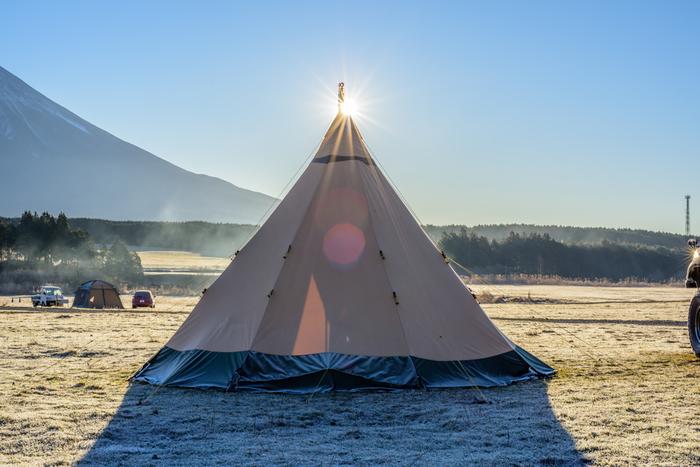 ティピー(Tepee)とは、ひと束に束ねた支柱を広げた円錐状のテント。もともとアメリカインディアンの住居テントとして使用されていました。  日帰りのデイキャンプでも、テントがあるとお昼寝したり、暑さをしのいだりと便利。アウトドアのハードなイメージよりも可愛さを求めるなら、ティピーテントがおすすめです。