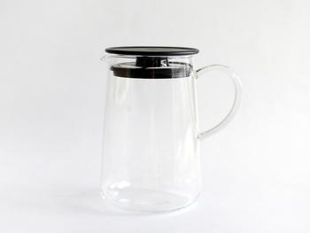 まず、ティーポットに茶葉を入れてください。熱湯だとすぐに変色してしまうので、70℃くらいのお湯がおすすめです。やはり、ブルーが良く見える耐熱ガラスのポットが良いですね。目安は茶葉1gに対してお湯約150mlくらい。