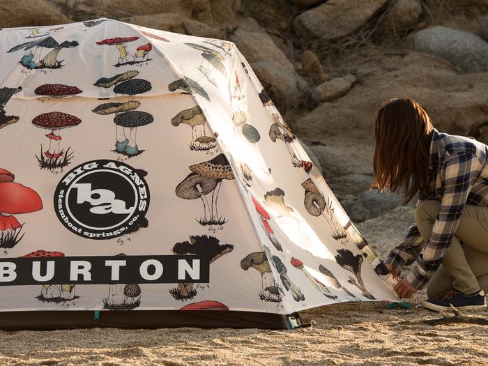 全面にキノコがプリントされた可愛いテント。女性一人でも設営できる簡単構造なのに、防水コーティングも本格的です。周りと差をつけたい人にもおすすめです。