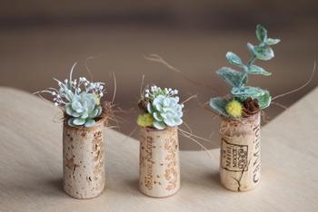 お部屋に小さなグリーンを取り入れたいときに。フェイクの植物は、手をかけずに「植物のある生活」の雰囲気を楽しませてくれます。