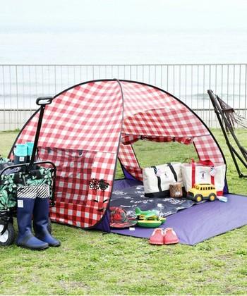 赤いチェックのテントの中にはおもちゃ、横にはハンモックを置いて、見るからに楽しそう。キャンプグッズに多いモスグリーンやブラウン系のアイテムとは異なる明るい雰囲気は、ディキャンプならではです。