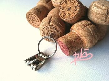 コルク栓をキーホルダーに使うアイディアも素敵です。お気に入りのワインを飲んだ後で作りたいですね。