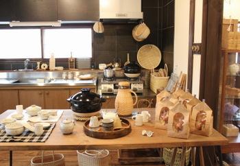 どこかのお宅にお邪魔しているかのように、台所が。実際に道具や器をつかっている生活の風景がみえるようディスプレイされています。
