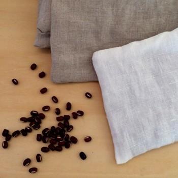 みなさんは、小豆カイロ、小豆枕をご存じですか? その名の通り、小豆を中身に使用したカイロ・枕のことなのですが、小豆の素敵な効能&何度も使えるエコグッズということで、最近とっても人気があるんです。