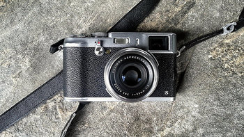 フィルムカメラ時代の有名メーカーと言えば、やはりFUJIFILMでした。 現在も数多くのデジタル一眼レフカメラをリリースするFUJIFILMですがFUJIFILM X100Sは、撮る楽しさ+持つ悦びがコンセプトのレトロ風カメラです。