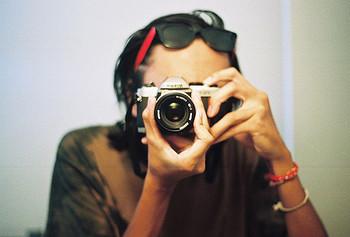 フィルムカメラは撮った写真を現像しなければ見ることができません。 デジタルカメラは、撮った写真をすぐにカメラの液晶やパソコンで見ることができます。  1枚1枚にこだわりを持ち、1枚1枚に手間暇をかけて、1枚1枚の仕上がりを楽しみに待つ。 そんなレトロな楽しみ方も、今だからこそ、あってもいいのかもしれません。