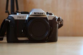 オート操作、そして撮った写真をデータとして記録して行けるデジカメの良さは、何枚でも手軽に撮れてしまうこと。 マニュアル操作のフィルムカメラ・Nikon FM10は、1枚に1枚にこだわりを持ち、1枚に手間暇をかけることに楽しみを見出すカメラです。