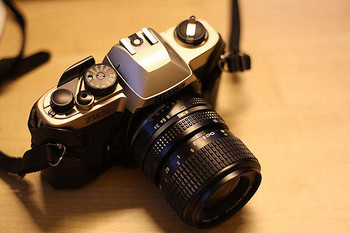 デジカメにあるオート操作ではなく、マニュアル操作のみのフィルムカメラ・Nikon FM10。 明るさもフォーカスもシャッタスピードも、全て自分好みに設定してこだわりの1枚を撮ることができます。