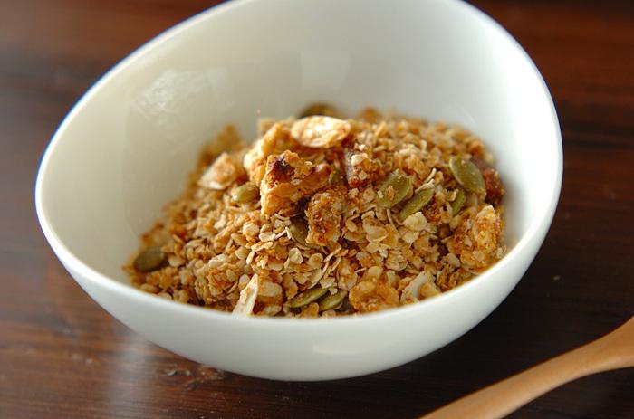 比較的スーパーなどで手に入りやすい材料で作ってみましょう。こちらは、オートミールをベースに、クルミやアーモンド、パンプキンシード、イチジク、アプリコットなどのポピュラーなナッツ類やドライフルーツを混ぜた基本のグラノーラ。作り方をマスターしたら混ぜるナッツやフルーツを変えてアレンジしてみましょう♪