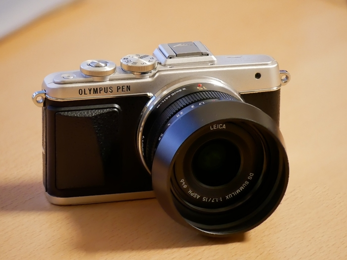 OLYMPUS PENは、フィルムカメラの頃のPENをそのままデジタル一眼レフカメラとして再現したものです。だから、デザインもあの頃のよう。仕様だけ昔より便利になって、カメラをあまり知らない人でも使えるようになってます。