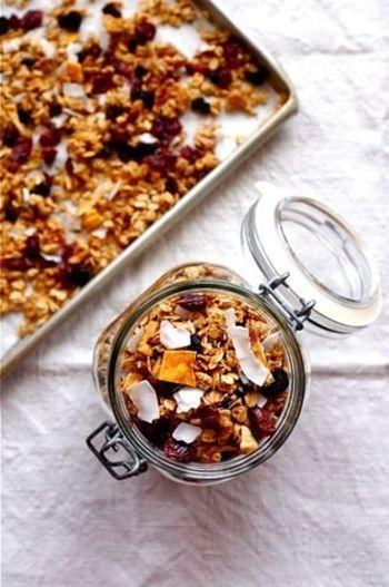 オーツ麦をベースに作った、はちみつのいい香りが食欲をそそるはちみつグラノーラ。カラフルで見ためもとっても美味しそう!