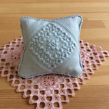 布を組み合わせるだけの手芸初心者さんにも簡単に作れる針山。好きな布とレースなどで飾ってオリジナルのものを作りましょう。自分の作った針山がこれからも活躍することを思うと嬉しくなっちゃいますね。