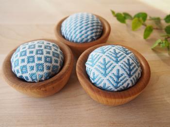 ちいさな小物入れやお気に入りの小皿を用意して作るピンクッションも意外と簡単に作れるので初心者向けですよ。