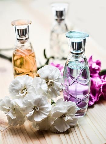 初めての方にもうれしい簡単さ。以下にご紹介するようなシンプルな作り方でほのかな香りの優しい香水ができあがります。精油はブレンドでなくて、単体でもOK。まずは気軽に作ってみましょう。
