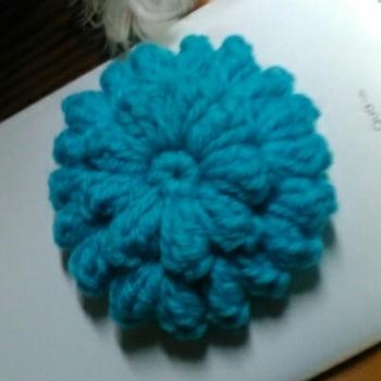 立体的なお花がかわいい形です。色使いなど工夫したらバリエーションも広がりそうです。