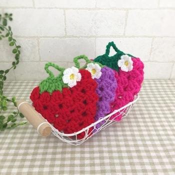 ちょこん、とお花もついたいちごは、アップリケとしてカバンなどにつけても可愛らしいですね。紫色の毛糸で作ると、ぶどうになりますよ♪