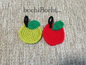 リンゴの形のアクリルたわし。このままでも十分可愛らしいモチーフなのでこのまま飾ってもいいですね。