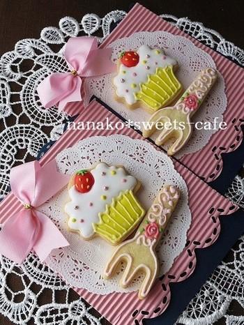 デザインに凝ったアイシングクッキーは、台紙のデザインにも凝って。レース調のペーパーナプキンはお皿のよう♪可愛い上に割れにくくなって、一石二鳥です。