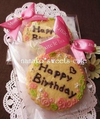 せっかくメッセージを入れたクッキーなら、中身が見えるようにラッピング。ただ袋に入れるだけじゃなく、小さなリボンを添えるだけで可愛さが断然アップします!