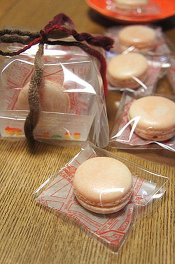 1つずつ袋に入れる場合には、小さな小分けケースにいれてふんわりラッピング。丸い形がかわいいマカロンは、透明ラッピングにリボンをかけて。
