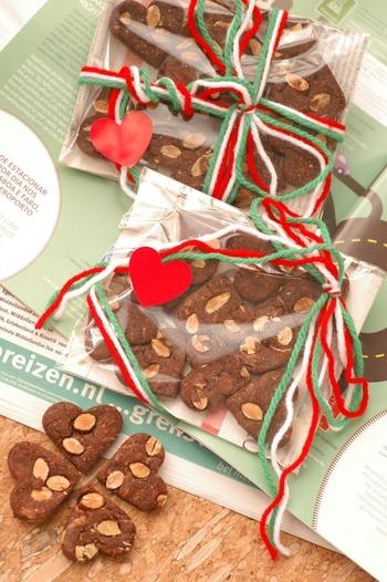 ハート型のクッキーは、組み合せると四葉のクローバーに。色んな形のクッキーをこんな風に袋に詰めると、ついパズルを始めてしまいそう。3色の毛糸で、クリスマス感もアップ!