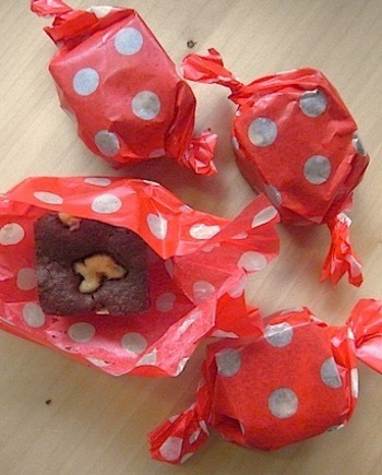 一口サイズにカットしてキャンディ状に。たくさんの人に配る時にはこんな方法も♪水玉模様のワックスペーパーが、子供の頃のおやつを思い出させます。