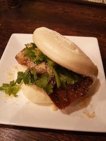 こちらは台湾バーガー割包(グァパォ)。中華まんの生地には、適度に噛み応えのある豚バラ肉と高菜漬けとパクチーがふんだんに挟まっています。ピーナッツパウダーの甘いアクセントで、ボリューム満点でももりもり食べれる!