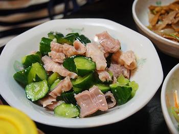 こちらは、喜来楽の定番メニュー「コブクロとキュウリの和え物」。お好みで辛味噌をつけていただいても◎!