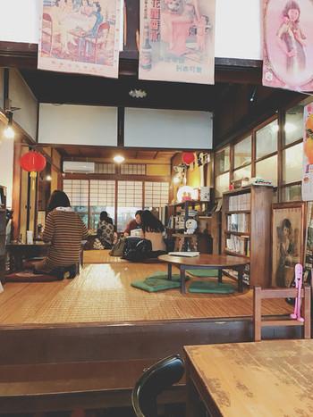 京都ならではの長屋造りの店内には、提灯があったり、レトロな台湾の絵や写真が飾られていて雰囲気満点◎!
