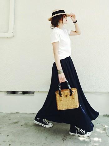 シンプルでナチュラルな白Tシャツとかごバッグの組み合わせはこれからの季節にぴったり!ボトムはフレアスカートでも、デニムでもなんでも合わせやすく自然体コーデに仕上がります。