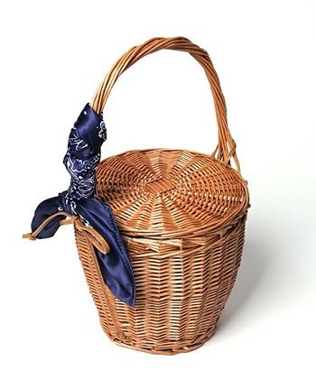 かごバッグはそれだけだととてもシンプルで素朴なバッグですが、手持ちのスカーフで色や柄、光沢感や透け感をプラスするなど簡単に変化を加えることもできます。