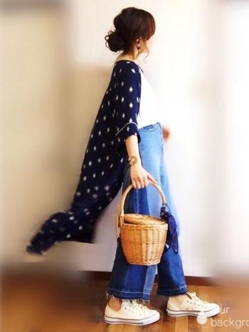 楽チンで歩きやすい上に、相性抜群の白スニーカー×かごバッグは外せない定番の組み合わせです。デニムにTシャツというシンプルコーデや、風をまとったフラワーガウンにもぴったりですね。