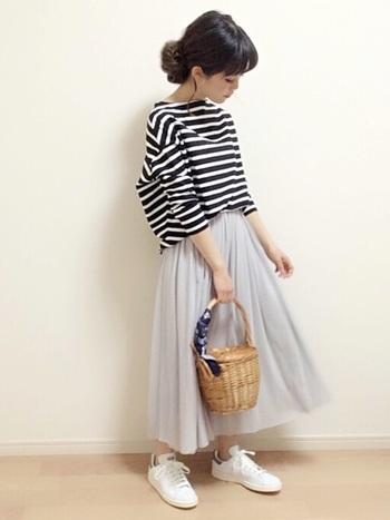 ふんわりフェミニンなギャザースカートにも爽やかな白スニーカー+かごスタイルがぴったり!ゆったりとしたリラックス感あるお出かけスタイルに。