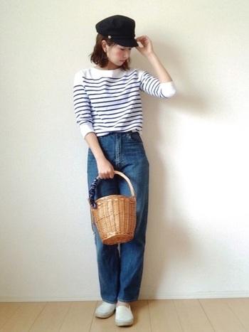 ボーダーTシャツ+かごバッグの組み合わせも素敵です!ハイウエストデニムが腰を細く足を長く見せてくれる、定番のシンプルコーデ。