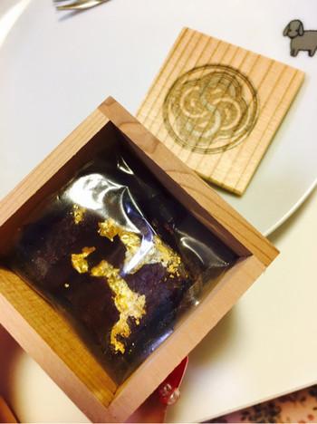 北海道産のこし餡を練りこんだ濃厚な舌ざわりのチョコレートテリーヌ。高級感のある秋田杉の木箱に入っていますので、お土産やプチギフトにも最適です。